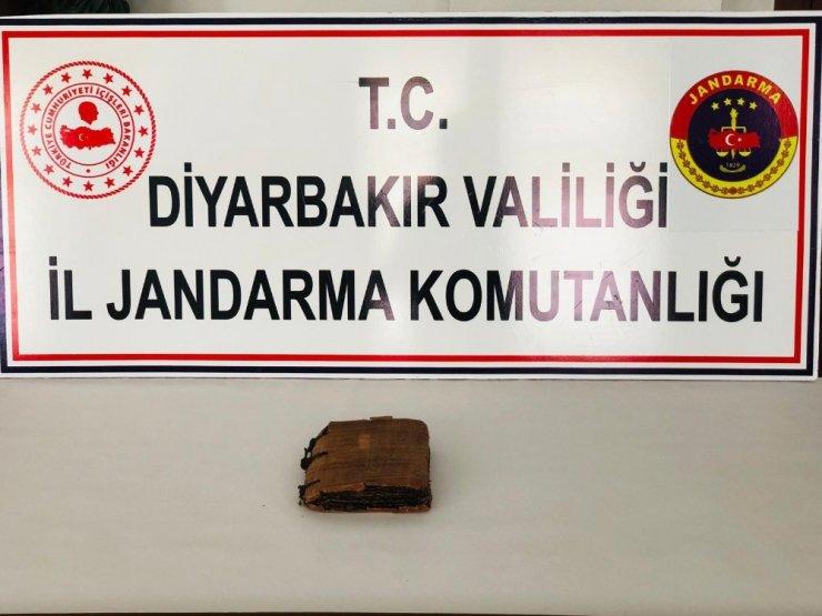 Diyarbakır'da bin 300 yıllık dini motifli kitap ele geçirildi