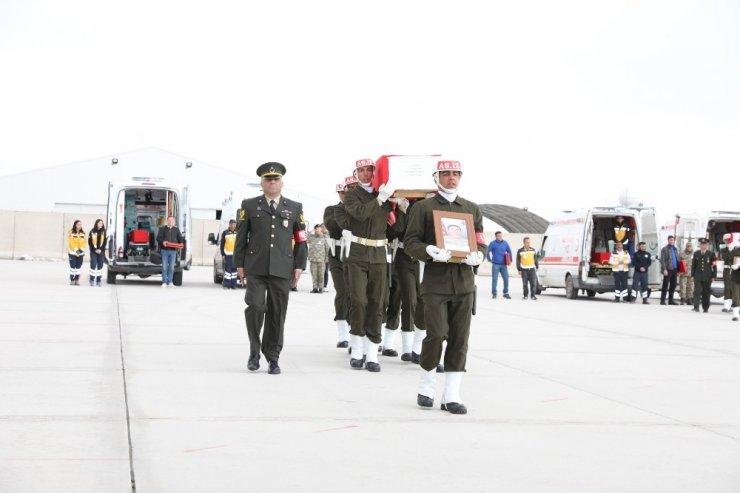 Savunma Bakanı Akar, Yüksekova'da şehit askerler için düzenlenen törene katıldı
