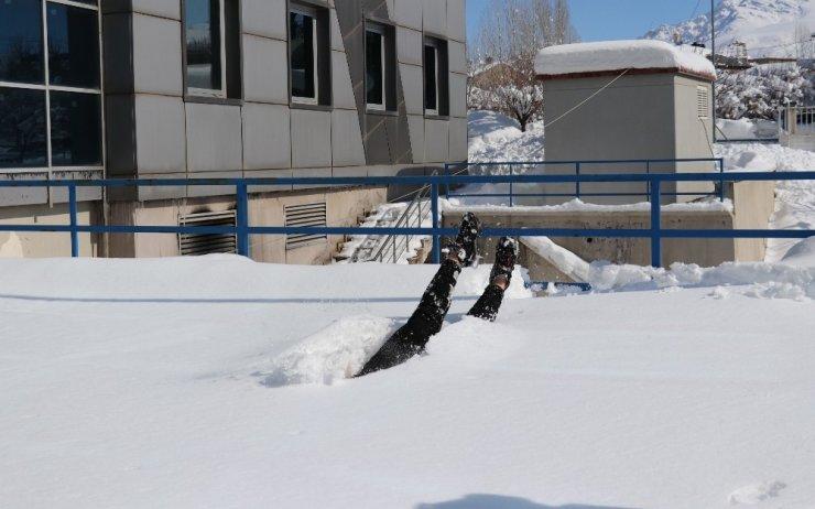 Yüzme antrenörü, karda yüzdü!